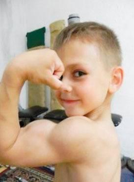 全球最强壮男孩7岁练出8块腹肌 认真表情萌翻众人