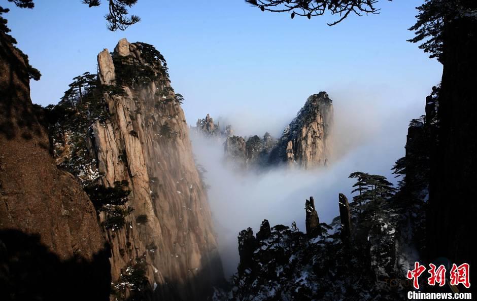 近日,受冷空气影响,安徽黄山风景区持续雨雪天气.