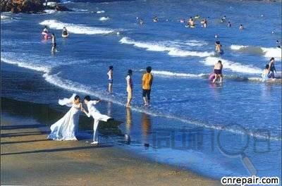 游览松兰山海滨浴场:景区内有大小不一的天然沙滩浴场平磨如席,沙细似