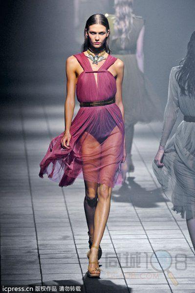 高级时装模特身高一般在173-180厘米,通常更苗条,骨骼较长.