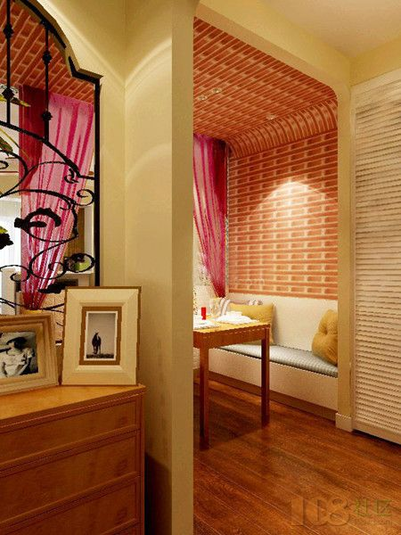 木制家具和木地板浑然一体,用缤纷的纱帘,靠垫,坐垫体现空间的色彩